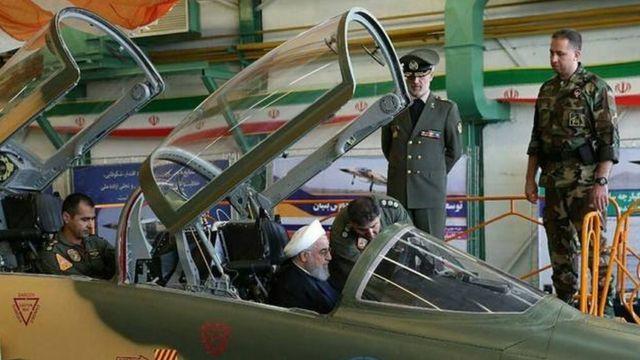 بازدید حسن روحانی از جنگنده ای که ایران می گوید تولید این کشور است