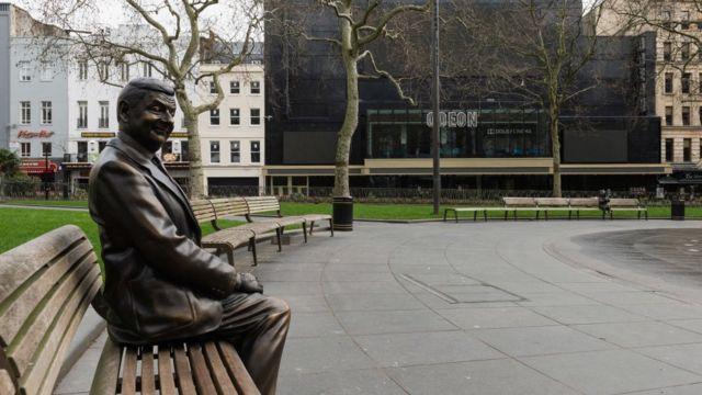 Памятник Мистеру Бину на Лестер-сквер в центре Лондона