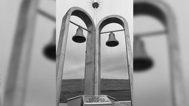 14 сентября 1994 г. Памятная стела с бронзовыми колоколами установленная в эпицентре воздушного атомного взрыва на Тоцком военном полигоне.