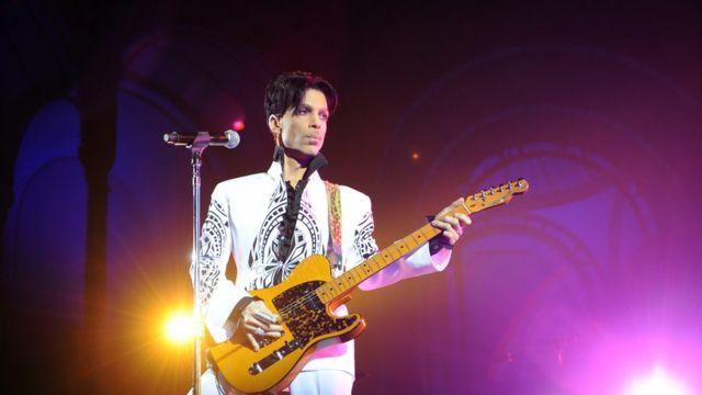 Le chanteur américain Prince sur scène au Grand Palais à Paris, le 11 octobre 2009.