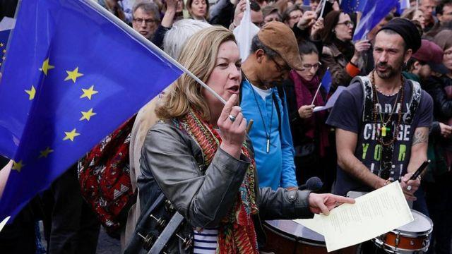 """نشطاء مؤيدون للاتحاد الأوروبي يغنون """"أنشودة الفرح""""، التي أصبحت النشيد الوطني للاتحاد الأوروبي، أمام مركز بومبيدو الثقافي بباريس"""