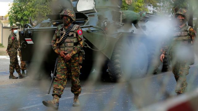 Soldados de Mianmar patrulham as ruas durante uma manifestação contra o golpe militar em frente ao Banco Central em Yangon, Mianmar