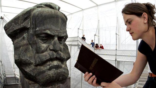 "Una joven alemana lee ""El capital"" frente a un busto de Marx"