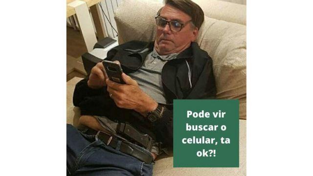 """Montagem de Bolsonaro com celular e armado e frase: """"Pode vir buscar o celular, tá ok?"""""""