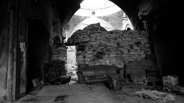 Hələbin tarixi mərkəzi - Köhnə şəhər. Çuvallardan ibarət bu barrikadadan cəbhə xətti, digər tərəfdən isə döyüşçülərin müdafə xətti keçirdi