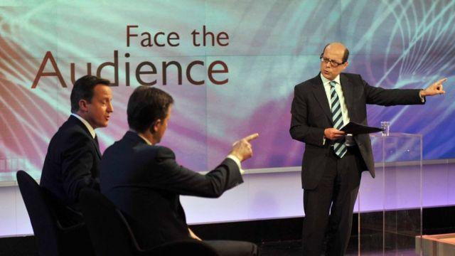 BBC记者尼克·罗宾逊(右)2010年6月23日主持节目,嘉宾是时任英国首相卡梅伦和副首相克莱格。