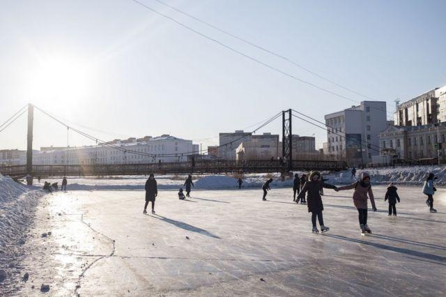 Пруд в Якутске зимой используют как каток