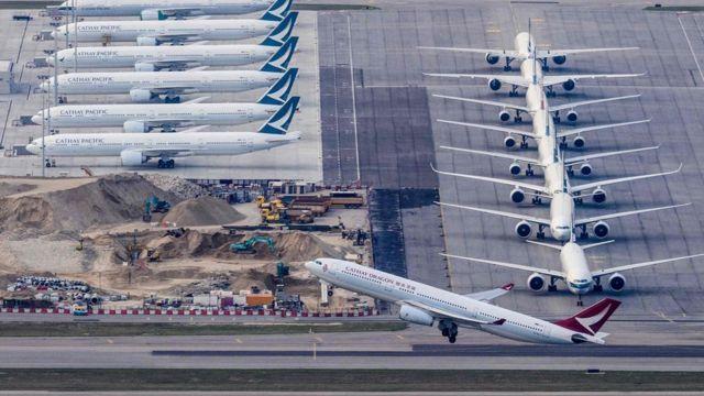 受疫情影響,全球航空交通需求大減,機場停泊滿飛機。