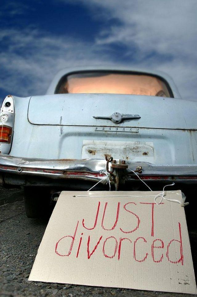 автомобиль с табличкой just divorced