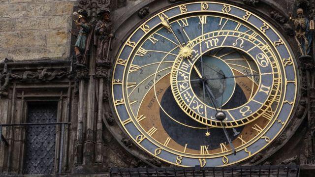 El reloj astronómico de Praga se instaló por primera vez en 1410, lo que lo convierte en el tercer reloj astronómico más antiguo del mundo y el más antiguo que aún funciona.