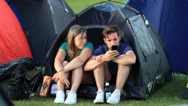 Ljudi u šatorima čekaju u redu