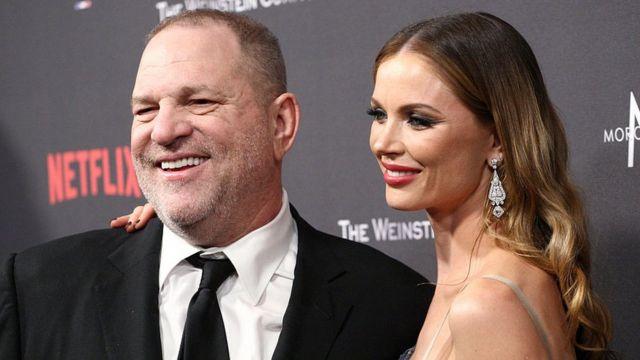 Harvey Weinstein y su esposa.