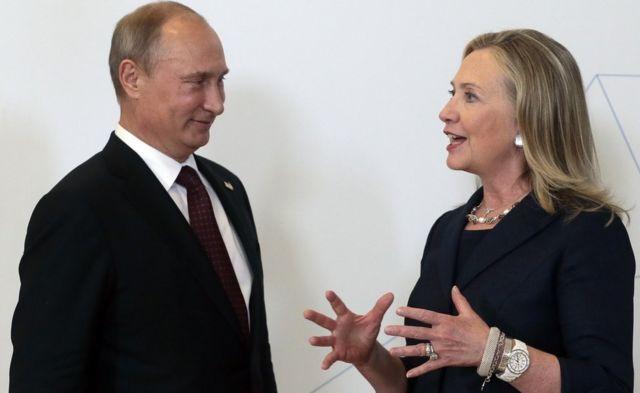2012年のAPECサミットで立ち話するプーチン露大統領(左)とクリントン国務長官(当時)