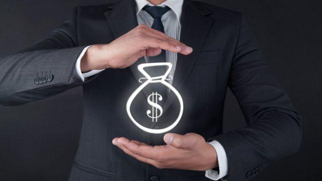 Ilustração de saco de dinheiro em foto de homem engravatado