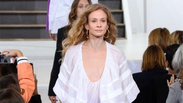 पेरिस में 2017 स्प्रिंग/समर रेडी टू वियर कलेक्शन फ़ैशन शो के रैंप पर उतरी एक मॉडल.