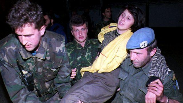 Askerler ve Bosnalı kadın