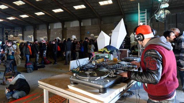 Juerguistas en una fiesta en un depósito industrail en Bretaña, en el norte de Francia.