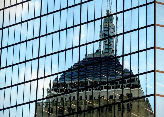 """كريس غرينهاو: """"صورة لبرج هونكوك، تنعكس عليه صورة كنيسة الثالوث المقدس في مدينة بوسطن، بولاية ماساتشوسيتس الأمريكية."""""""