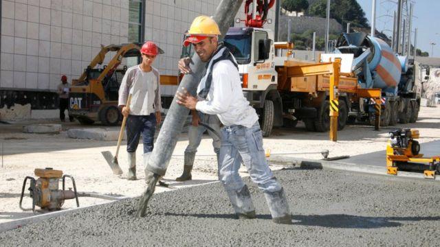 beton döken bir inşaat işçisi.