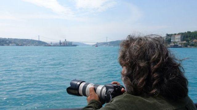 یوروک ایسیک در حال عکاسی