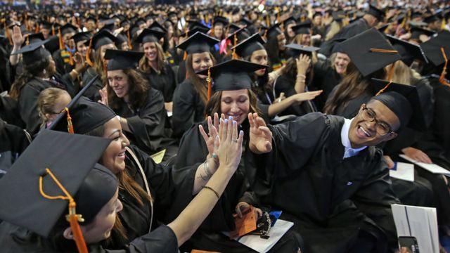Jóvenes festejando durante su graduación