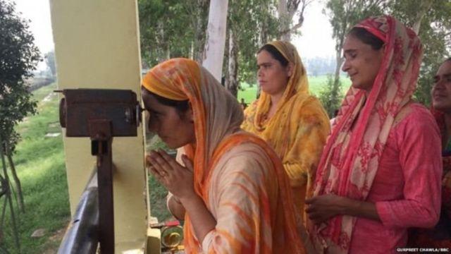 ગુરુદ્વારા સાહિબનાં દર્શન દૂરબીન મારફત કરી રહેલી સિખ મહિલાઓ