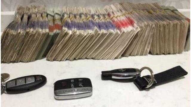 Dinheiro em espécie e chaves de carros de luxo