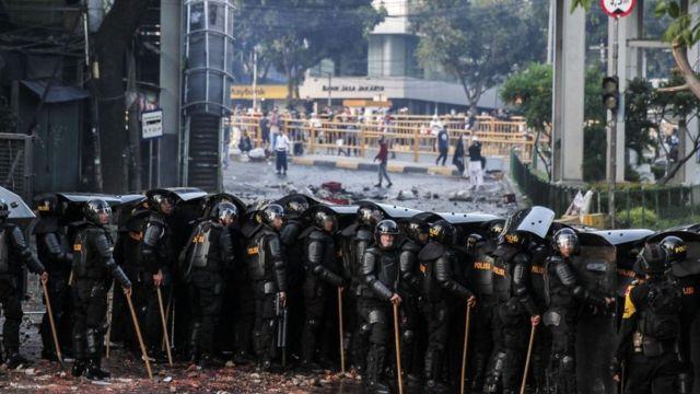 Massa yang bentrok dengan polisi di kawasan Tanah Abang, Jakarta Pusat, pada Rabu (22/5).