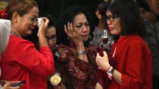 Pendukung Ahok menangis setelah hakim menyampaikan vonis penjara dua tahun di gedung Kementerian Pertanian, Jakarta Selatan.