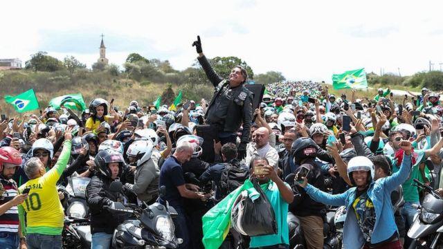 Bolsonaro, cercado por apoiadores em Pernambuco