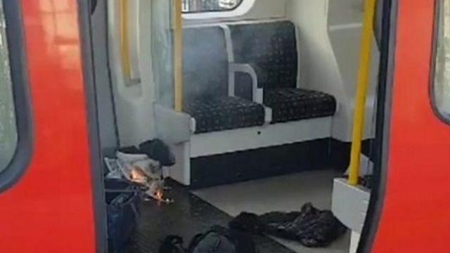 Des images montrent un seau blanc en flamme enveloppé dans un sachet de supermarché.