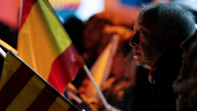 Un hombre, con una bandera de España en un mitin de Ciudadanos.