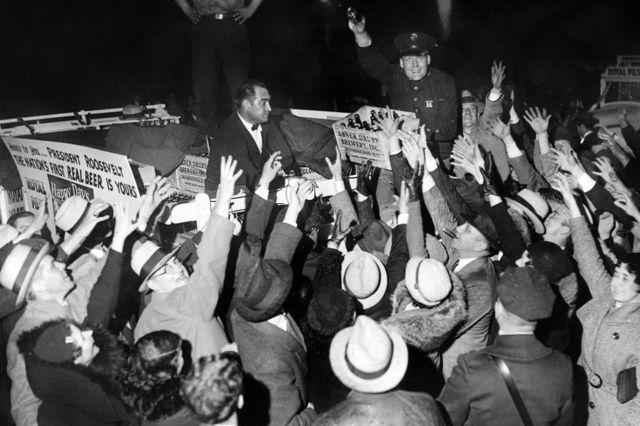 Первую партию пива после отмены Сухого закона привезли к Белому дому, апрель 1933