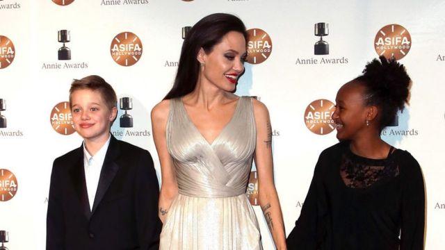 Angelina Jolie (tengah) bersama dua putrinya, Shiloh Nouvel Jolie-Pitt (kiri) dan Zahara Marley Jolie-Pitt (kanan).