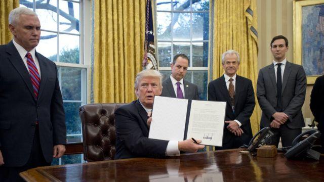 Дональд Трамп и сотрудники администрации в Белом доме