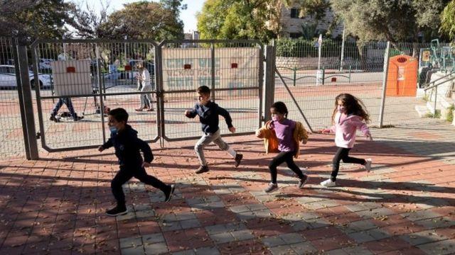 Crianças brincando em Israel; país vacinou 600 pessoas do público infantil, sem efeitos colaterais sérios até o momento