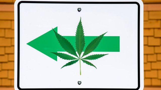 Una valla indica dónde se puede encontrar un expendio de marihuana en California
