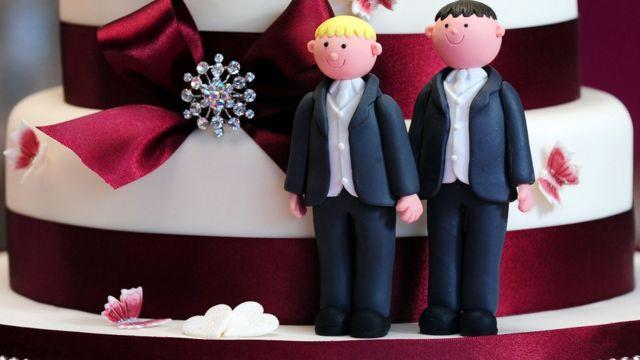 торт с фигурками двух мужчин