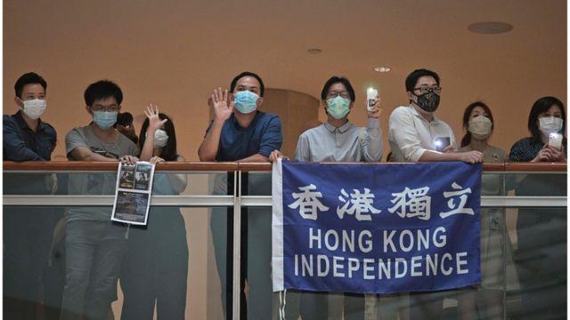 示威者举起涉及港独的标语。