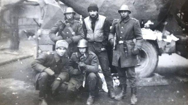 Traian Rabagia (üste, ortada) Çavuşesku kaçtıktan sonra, Bükreş'te asker arkadaşlarıyla buluştu.