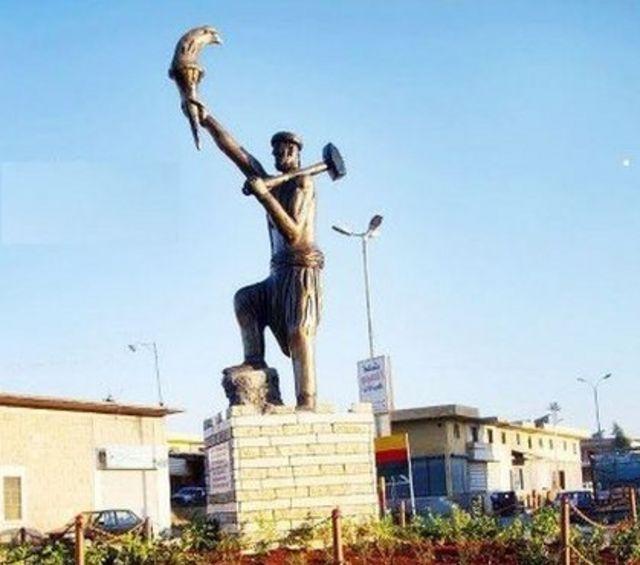 تمثال كاوا الحداد وسط مدينة عفرين في سوريا قبل أن يسيطر عليها الجيش التركي والموالين له
