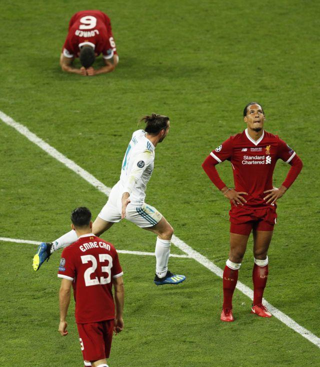 غارث بيل، مهاجم ريال مدريد، يحتفل بتسجيل أحد أروع الأهداف في البطولة