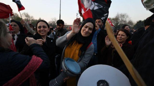 Saraçhane'de bulunan İBB binasına gelen vatandaşlar sevinç gösterilerinde bulundu