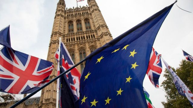영국 의회 앞, 영국 국기와 유럽연합 깃발이 휘날리고 있다