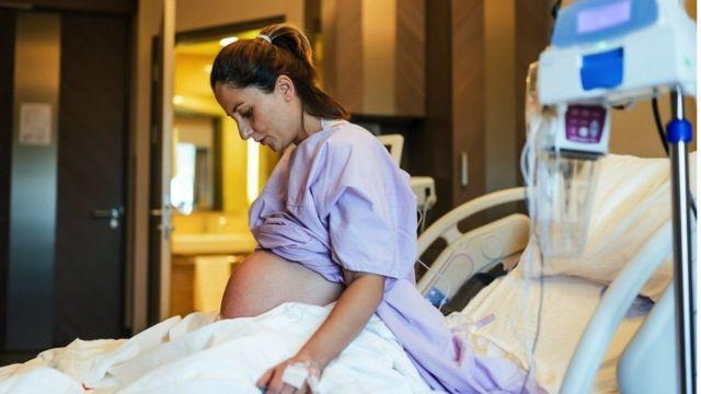 سيدة حامل على سرير بإحدى المستشفيات