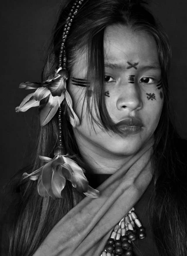 نقوش روی صورت این دختر میگوید که او مجرد است. کامپا دو ریو آمونهآ از قلمروهای بومیان، ایالت آکری، سال ۲۰۱۶