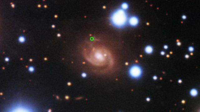 Una imagen de una ráfaga rápida de radio (en verde), tomada con el telescopio Gemini Norte en Hawái. [Enero de 2020]