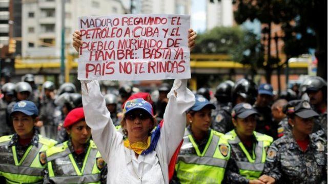 Hükümet karşıtı protestolarda gıda kıtlığı nedeniyle Maduro suçlanıyor