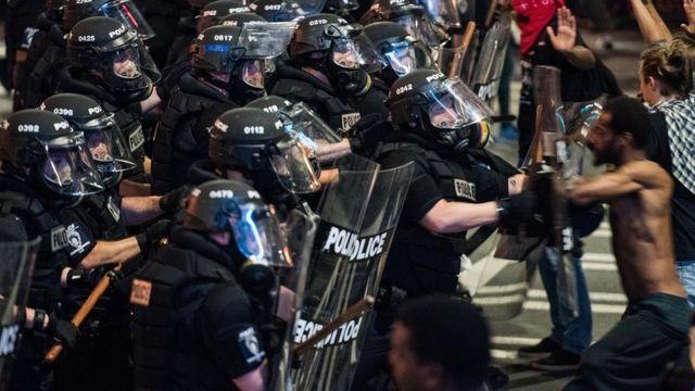 अमरीकी शहर शार्लट में प्रदर्शनकारी पुलिस से भिड़ गए.