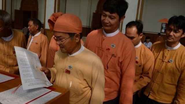 ၂၀၁၅ အထွေထွေရွေးကောက်ပွဲတုန်းက အနိုင်ရခဲ့တဲ့ NLD ပါတီ အမတ်တချို့ကို နေပြည်တော် လွှတ်တော်တစ်ခုမှာ တွေ့ရစဉ်